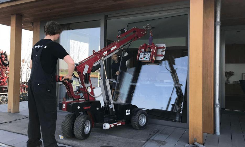 HEBEN IN DER ENGE Glaszetten is voor Hijsen in het Nauw B.V. dagelijkse kost! Middels onze Smartlift kunnen wij overal glas transporteren en zetten.
